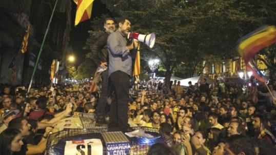 Jordi Sánchez i Jordi Cuixart sobre cotxe Guardia Civil 2