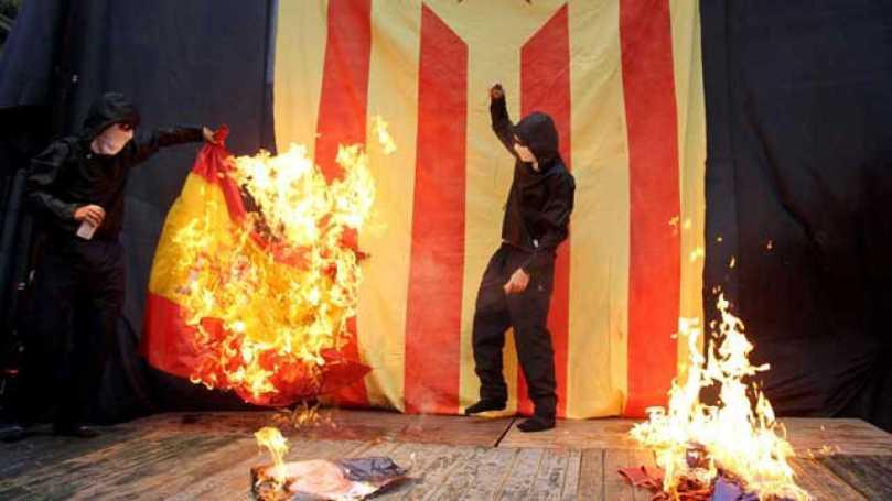 Encaputxats cremen bandera Espanya