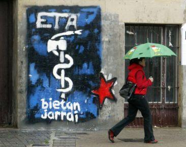 Pintada con el símbolo de ETA en una calle vasca.