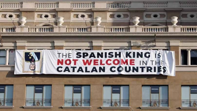 Pancarta contra Felip VI Plaça Catalunya 17-A